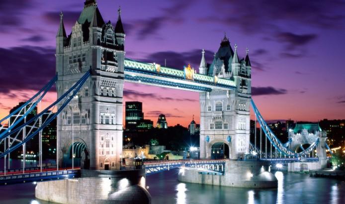 伦敦塔桥是英国伦敦泰晤士河口算起的第一座桥