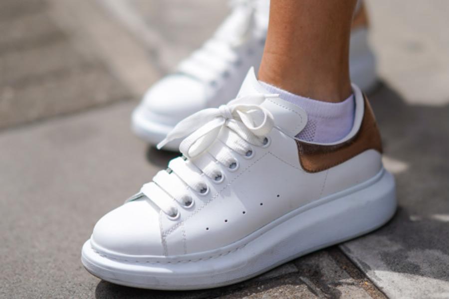 ALEXANDER MCQUEEN | 新款小白鞋限时75折,粉色鳄鱼皮压纹也太美了吧!